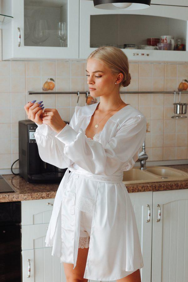 set pijama si halat alb mireasa